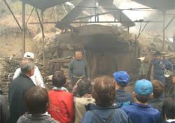 里山で炭火焼き農家の見学