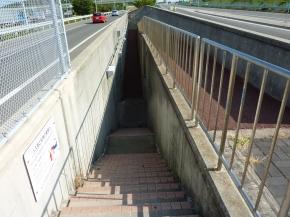 ②高速バスの進行方向左側の階段を降りる