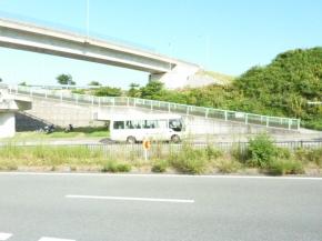 ④地下道を抜けてすぐにある歩道橋下にバスが停まります
